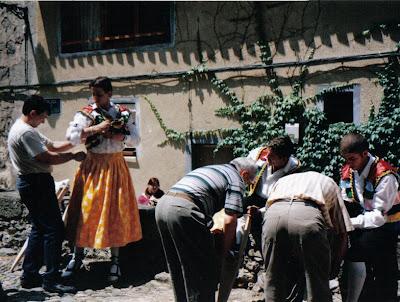 Danzadores de Anguiano vistiéndose