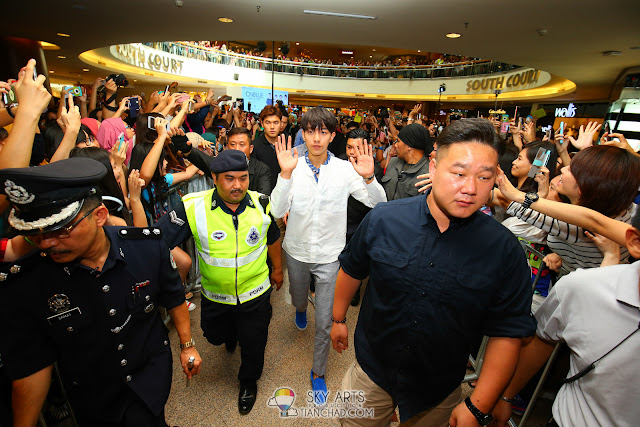 CNBLUE members heading towards The Class Mid Valley Megamall Photo by Mango Loke