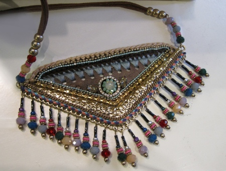 Collar triangular con perlitas de colores