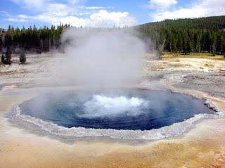 Uap air dari kawah gunung
