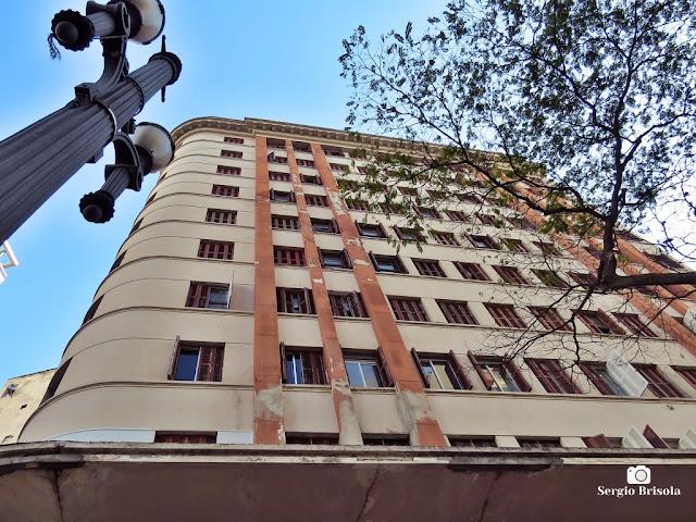 Foto composição com destaque para a fachada do Edifício Ypê - República - São Paulo