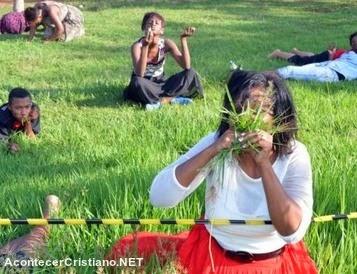 Mujer comiendo pasto en iglesia