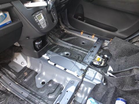 la100sムーヴカスタムフロアのデッドニング フロント側は意外に多くの制振材(黒いのがそうです)が使われている事が解ります。それ以外の部分にレアルシルト制振材を貼り、サンダム防音シートを敷いて、シンサレートを入れて戻していきます。