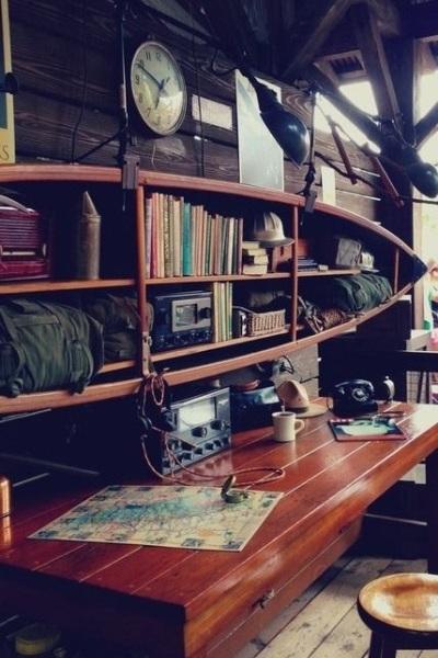 Rak serbaguna dari perahu kayu bekas lebih menarik dari lemari biasa yang membosankan.