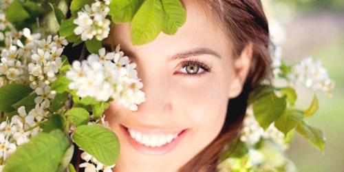 chica con plantas cosmetica natural