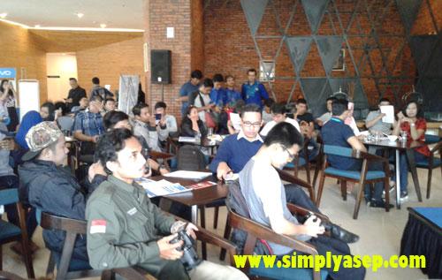 ANTUSIAS :   Para peserta yang hadir yang banyak dari media , blogger, dan warawan saat konferensi peres  dan peresmian jaringan XL 4G LTE di Pontianak. Photo Asep Haryono
