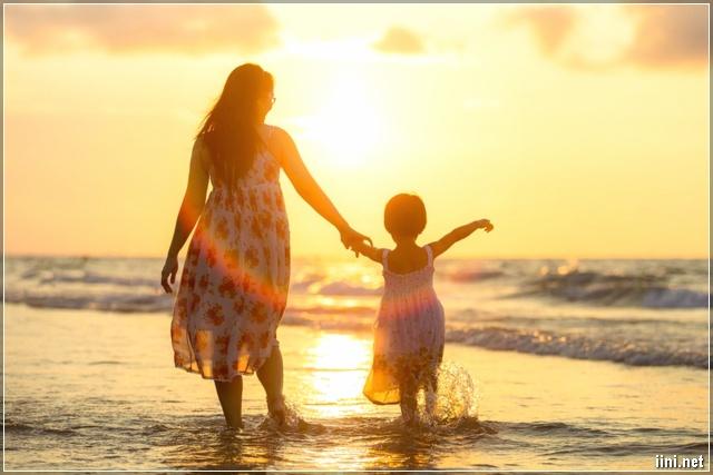 ảnh Mẹ dẫn con gái đi ra Biển
