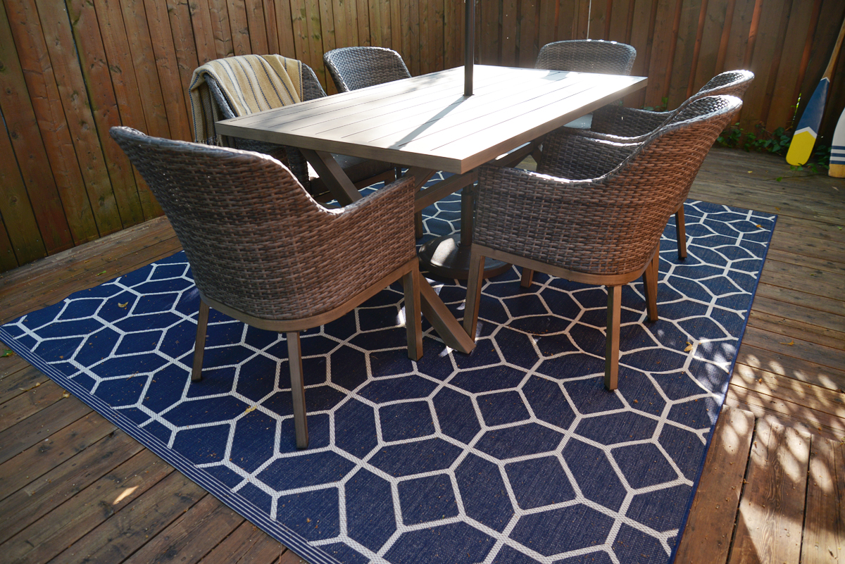 blue and white outdoor decor, striped patio umbrella, geometric outdoor rug