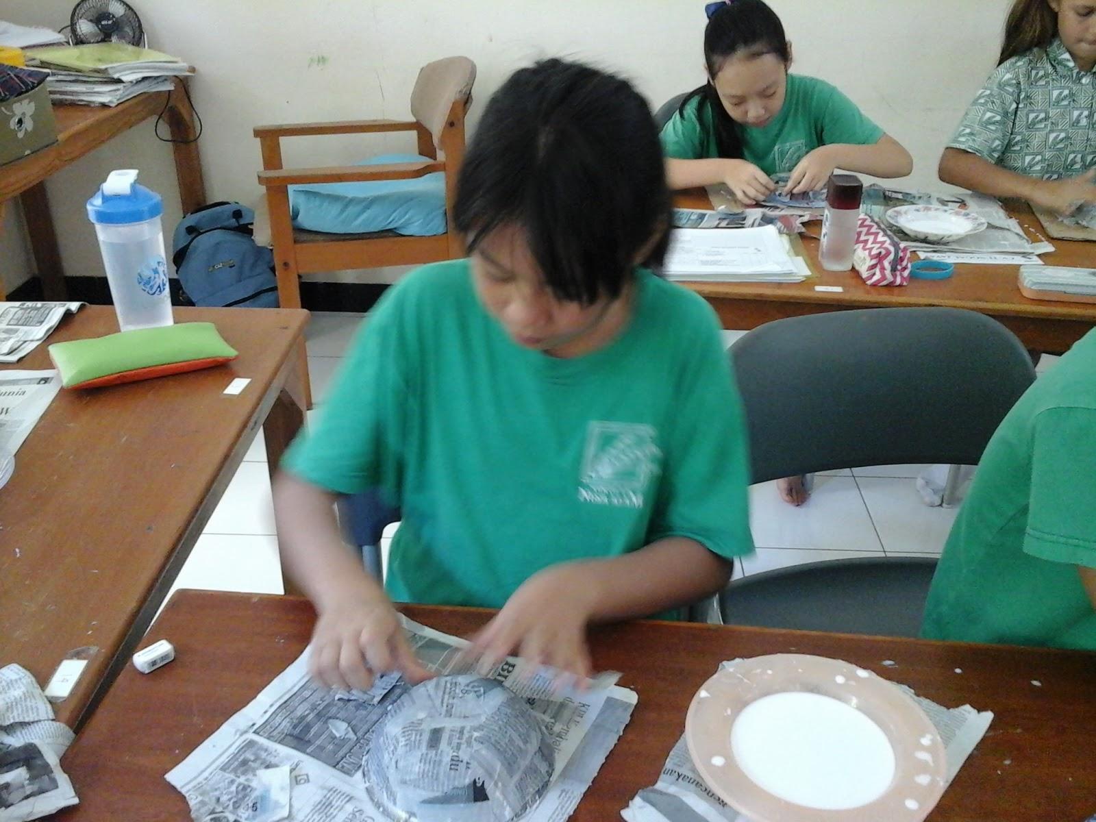 Tumpukan Kata Membuat Mangkok Koran Paper Mache Bowl Cat Stelah Kering Mulai Dicat Dengan Menggunakan Air Sesuai Pola Yang Disukai