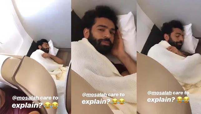 محمد صلاح ينام في مكان غريب داخل الطائرة !