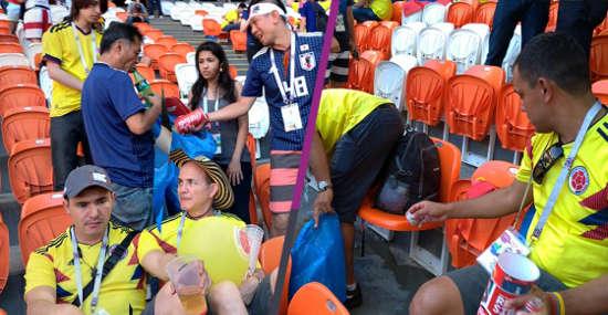 Aficionados japoneses y Colombianos limpiando el estadio