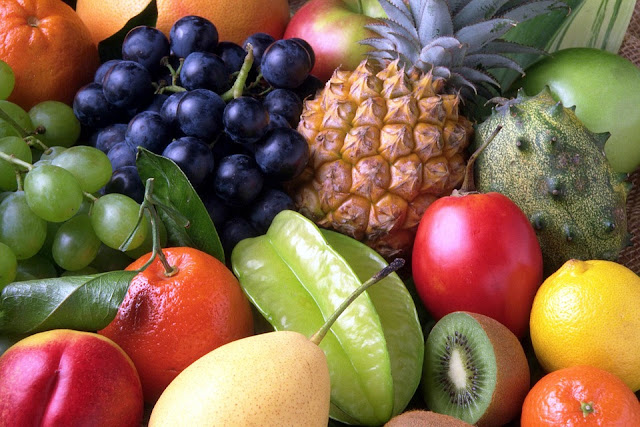Fruits, raisins, kiwi, orange, pomme, carambole, mangue, ananas