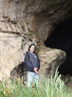 Gabi a barlang előtt