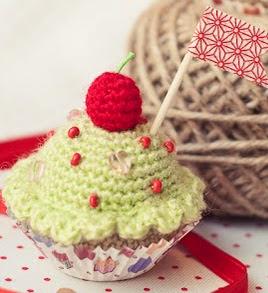 http://www.gallimelmas.com/2014/01/free-patterns-feliz-cupcake.html