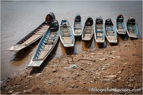 barcas en Ban Xieng Maen frente a Luang Prabang en Laos