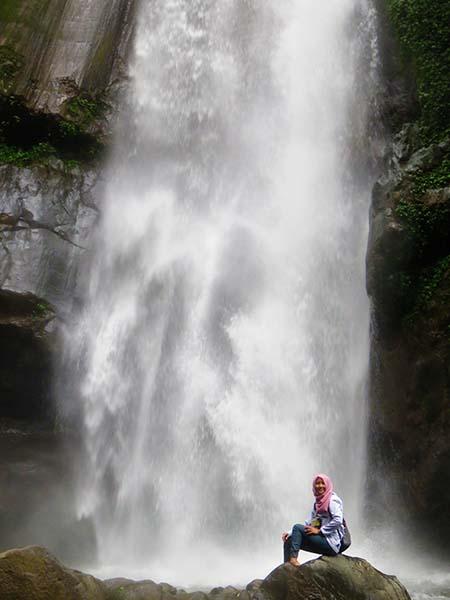 Foto dengan Latar Belakang Air Terjun Kedung Kayang