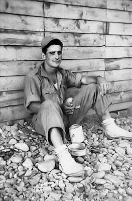 Barracón de madera y soldado comiendo (Foto archivo propio)