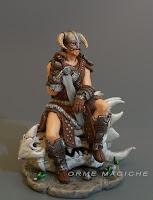 statuetta idea regalo cosplayer fantasy modellino uomo guerriero con elmo corna e drago orme magiche