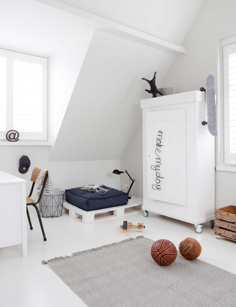 dormitorio, zona lectura, palet, muebles palet, letra decorativa, cesto, escritorio, armario, alfombra, estilo nordico, decoracion nordica, interiorismo, alquimia deco