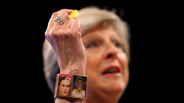 ¿Por qué Theresa May lució un brazalete de Frida Kahlo en el congreso del partido conservador?