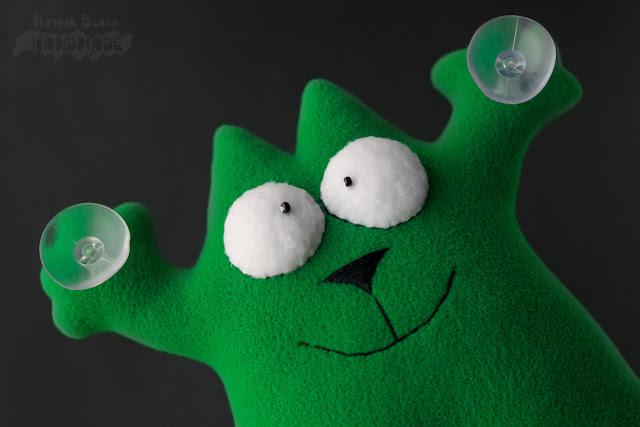 Кот Саймон зелёный.