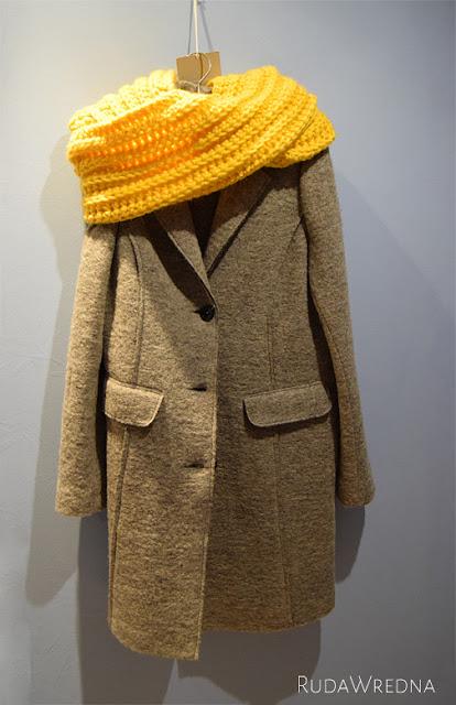 Szydełkowy szalik, szalik na szydełku, szalik na szydełku ze wzorem, z opisem, wełniany płaszcz, płaszcz z wełny, szary płaszcz