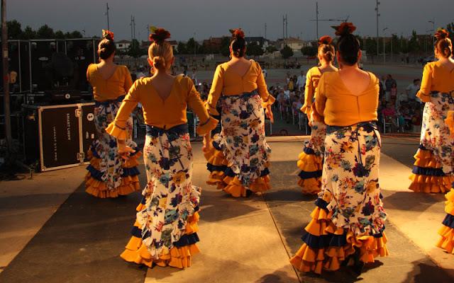 Bailaoras con vestido de faralae. IMAGEN ILLESCAS COMUNICACIÓN