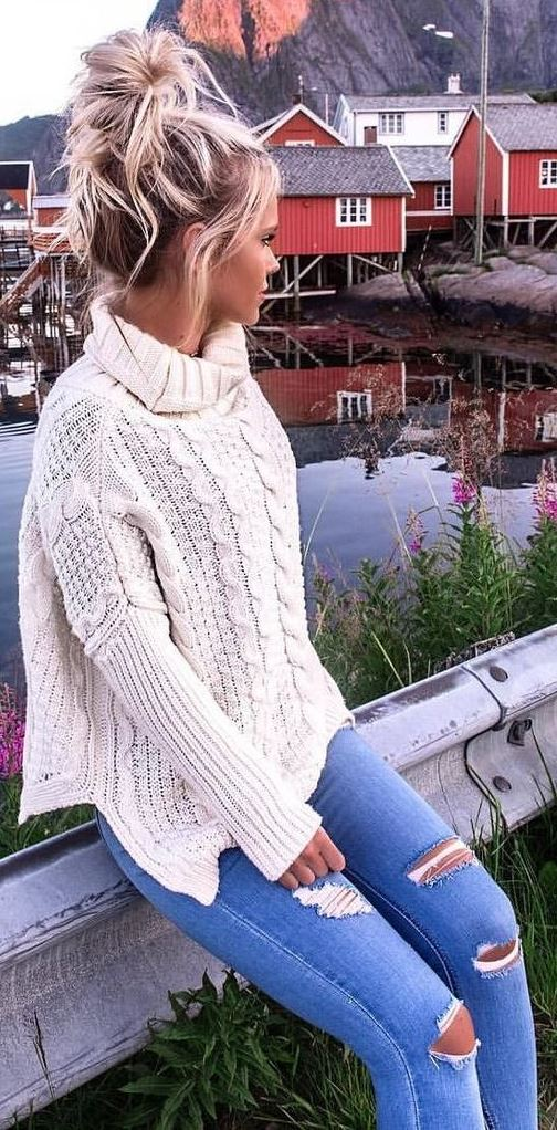 cozy outfit idea : white sweater + ripped jeans