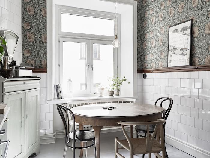 una cocina rstica con papel pintado