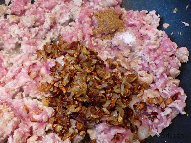 Ajoutez le sucre, les 5 épices en poudre et les échalotes frites.