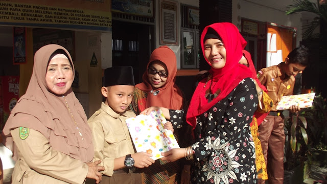 Penyerahan hadiah pemenang lomba literasi oleh Wali Kelas Juara Lomba