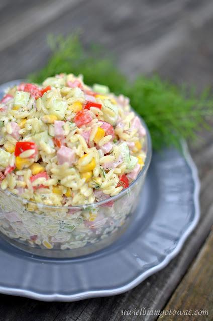 Sałatka z makaronem ryżem, szynką, zielonym ogórkiem i kukurydzą
