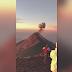 Mujer disfrutaba de paisaje tras trekking cuando volcán erupcionó frente a ella