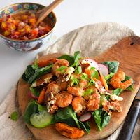 Salada de camarões com molho thai