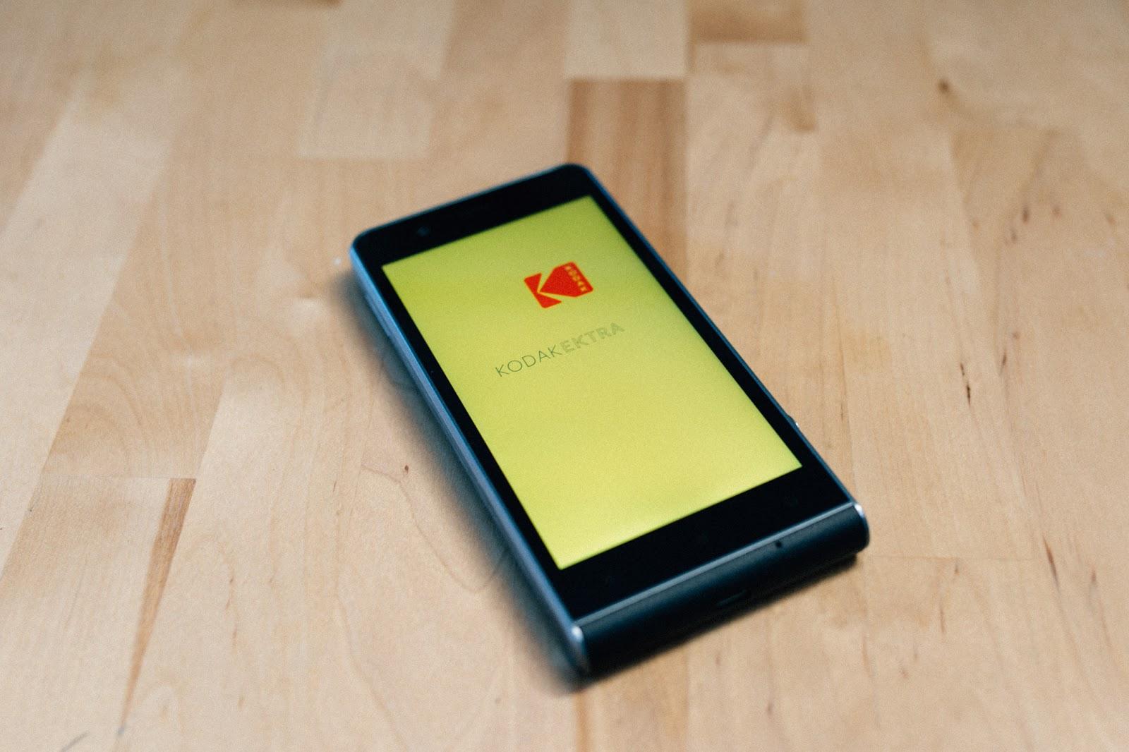 Kodak Ektra Smartphone auf einem Holztisch