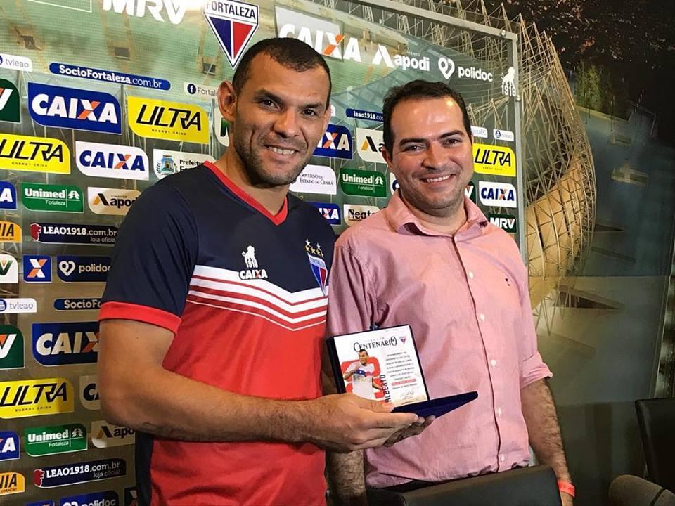 Adalberto foi homenageado com uma placa em alusão aos 100 jogos com a camisa  do Tricolor e8ac16b042f4e