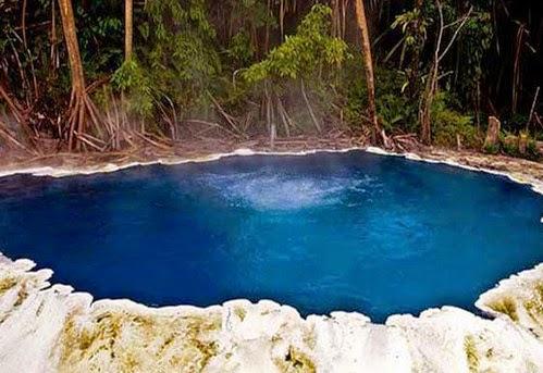 kolam membentuk seperti danau mengeluarkan sumber air panas