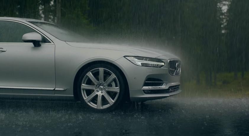 Pubblicità Volvo V90 spot con Ragazza che nuota nella piscina
