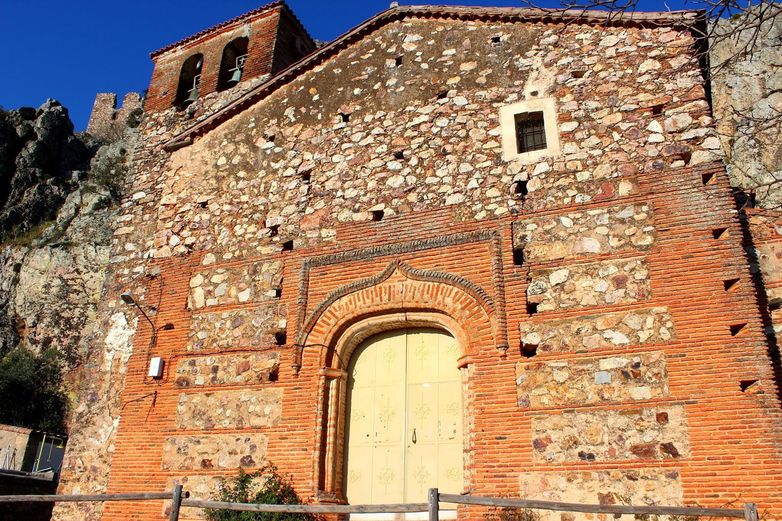 Iglesia de la Peña en Cabañas del Castillo-Cáceres