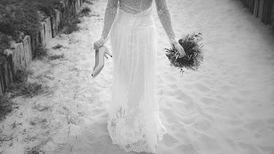 Vestido de novia con cola barrida