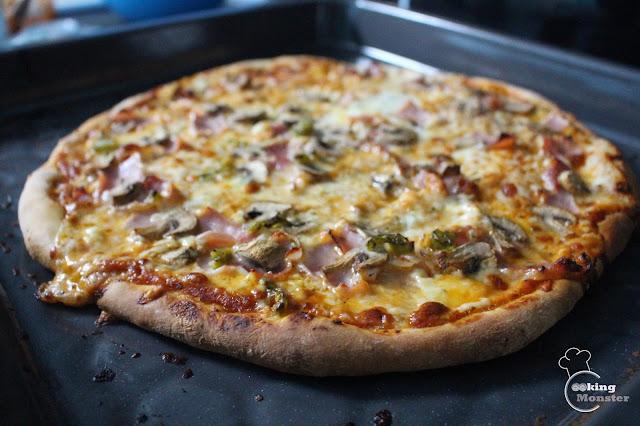 Włoska pizza z sosem pomidorowym - podstawowe przepisy