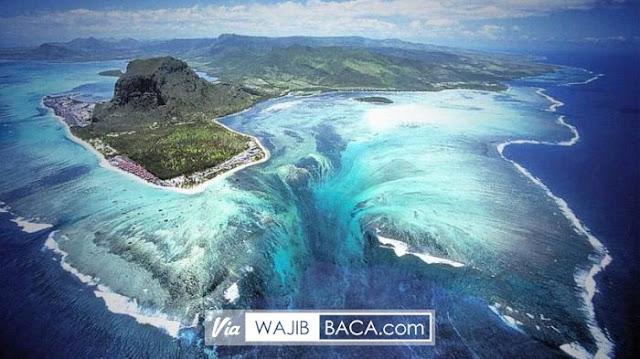 Air Terjun Di Bawah Air! Ilusi Ini Hanya Bisa Ditemukan di Pulau Mauritius yang Mempesona