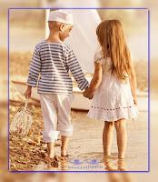 miłość nie zna wieku - wieczna jest - chłopiec dziewczynka spacerują po plaży