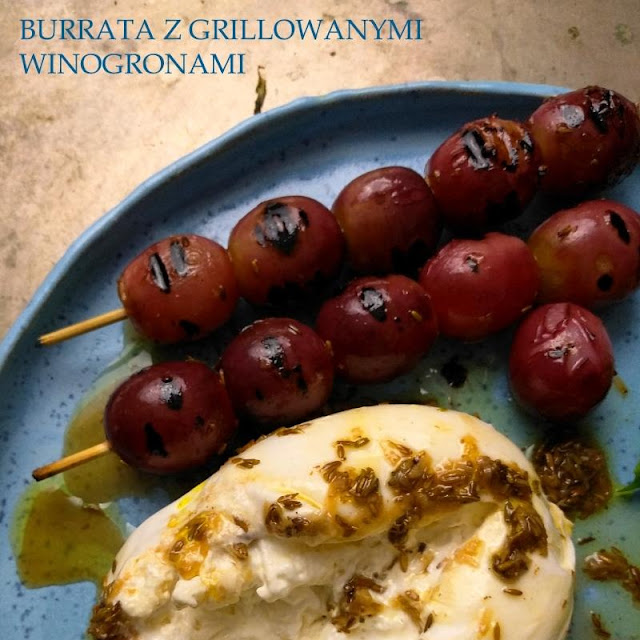Burrata z grillowanymi winogronami