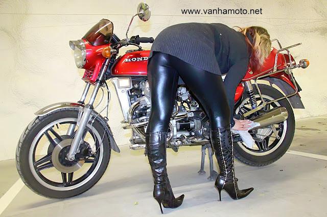 moottoripyörä, korkosaappaat, tekonahkahousut - motorbike, hi heels boots, fake leather pants