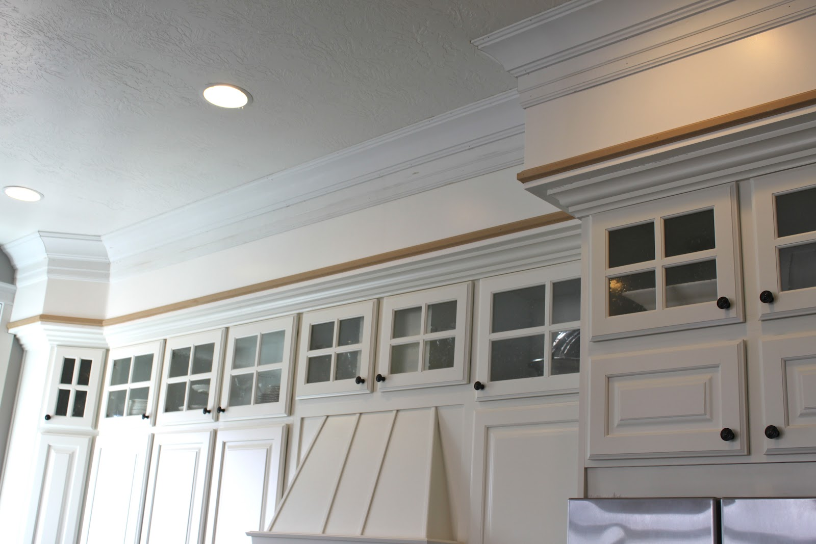 Extraordinary Kitchen Soffit That Abound With Charming Traditional Touch