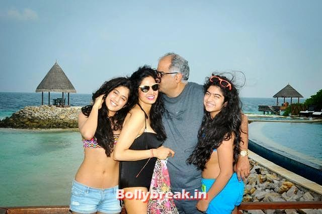Sridevi with daughters Jhanvi and Khushi and husband Boney Kapoor, Pictures of Bollywood Stars from Holidays - Parineeti, Sonakshi, Gauahar