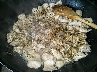 A pirított csirke kockákhoz hozzáadjuk a majorannát és az oregánót!