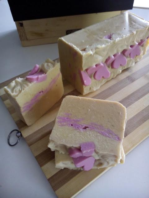 Jabón natural artesano de leche fresca, avena y miel.