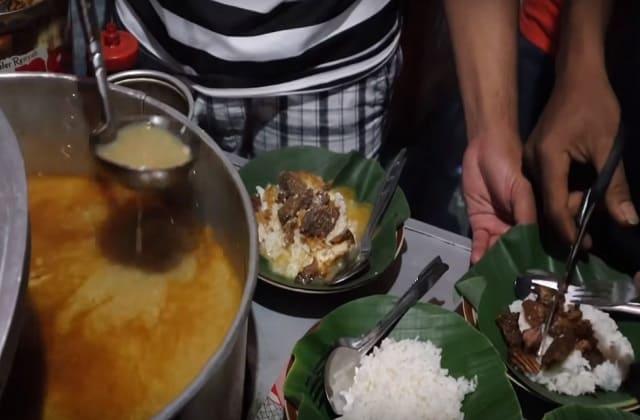 Makanan khas Jawa ini menjadi penutup pembahasan kita, yaitu nasi gandul atau sego gandul